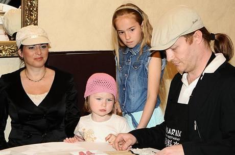 Pavel Šporcl s manželkou Bárou Kodetovou a dcerami