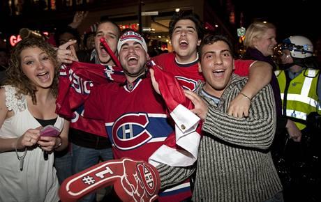 Fanoušci Canadiens  slavili postup hokejistů v ulicích Montrealu.