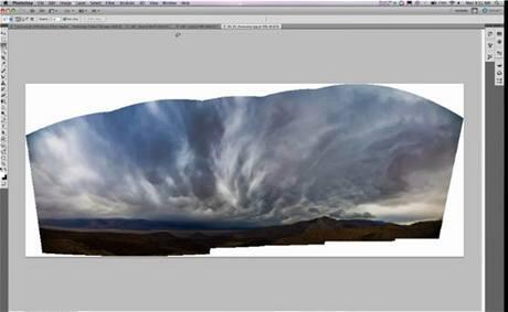 Content-Aware Fill doplnil značnou část panoramatu krajiny