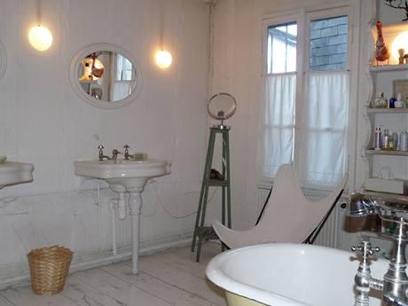 Prostorné koupelně, která je přístupná z obou částí domu, dominuje stylová vana