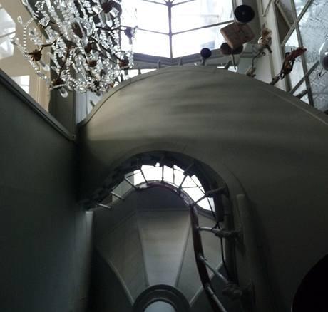 Úzkého prostranství mezi domy využili nájemníci kvybudování točitého schodiště. Díky prosklené střeše proniká dovnitř vždy dostatek světla.