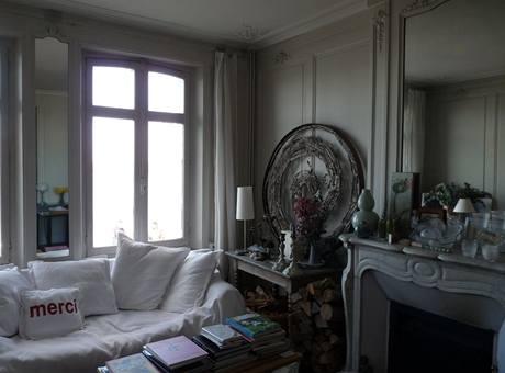 Celému interiéru dominuje krémově šedá a bílá, tedy barvy typické pro okolní krajinu
