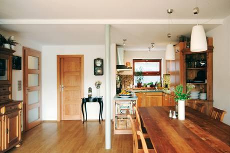 Kuchyň je nedílnou součástí obytné místnosti. Nezbytnost instalace subtilního podpůrného sloupku