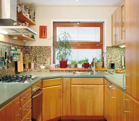 Kuchyňská sestava byla v rámci rekonstrukce přemístěna z patra do přízemí. Efektní je obklad drobnou