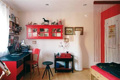 """Pokoj jedné z dcer zařízený starým """"poctivým"""" nábytkem ve výrazné barevné kombinaci"""