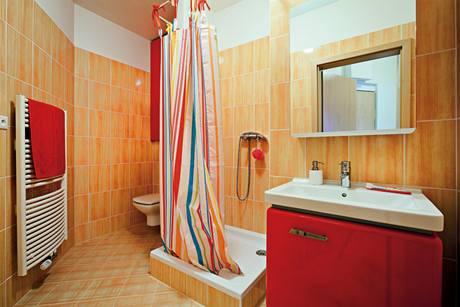 Prostorné koupelně dominuje červená barva a vysoký lesk originální retro kolekce nábytku Star