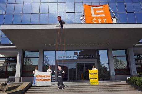 Protest aktivistů z hnutí Greenpeace proti souhlasnému stanovisku Ministerstva životního prostředí k modernizaci Prunéřova