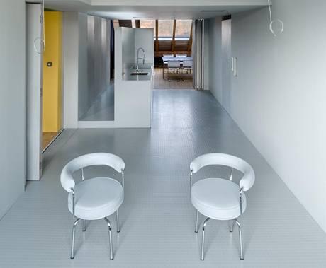 Části bytu se dají zakrýt skládacími deskami, a tak lze oddělit třeba jídelnu od zbytku obytného prostoru