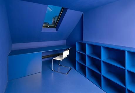 Vedle jídelny je vstup do dětského pokoje. Stěny místnosti jsou zvenku i zevnitř natřené jasně modrou barvou