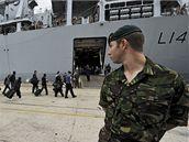 Britští turisté se ve španělském Santanderu naloďují na válečnou loď HMS Albion, která je odveze na britské ostrovy. (20. dubna 2010)