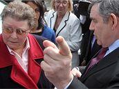 Gordon Brown hovoří s Gillian Duffyovou (28. dubna 2010)