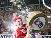 S POHÁREM. Dominik Hašek právě zvedá nad hlavu nablýskaný pohár pro mistra ligy