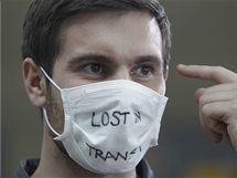 """Cestující s rouškou """"Ztracen v dopravě"""" na letišti v Jižní Koreji (20. dubna 2010)"""