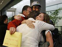 Monica Burrisová objímá své příbuzné na letišti v San Franciscu (22. dubna 2010)