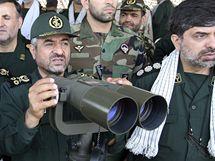 Velitel Revolučních gard Muhammad Alí Džafárí sleduje íránské vojenské manévry Velký prorok v Hormuzském průlivu.