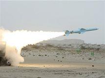 Íránská raketa Noor typu země-moře na vojenských manévrech Velký prorok v Hormuzském průlivu.