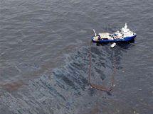 Američtí záchranáři likvidují ropnou skvrnu po explozi ropné plošiny Deepwater Horizon (26. dubna 2010)