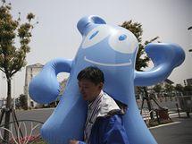 Číňan nese nafukovacího maskota Expa 2010 v Šanghaji jménem Chaj-pao