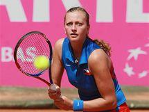 Česká tenistka Petra Kvitová sleduje míček při semifinále Fed Cupu proti Itálii.