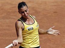 Italská tenistka Flavia Pennettaová zasahuje míček v semifinále Fed Cupu proti Češce Petře Kvitové.
