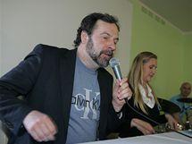 Lídr Věcí veřejných Radek John přijel na volební mítink do brněnského A sport hotelu o půl hodinu později