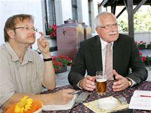 Ladislav Verecký při rozhovoru s prezidentem Václavem Klausem v Českém Krumlově. (2005)