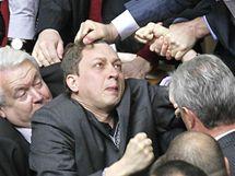 Ukrajinští poslanci se porvali během schůze parlamentu (27. dubna 2010)