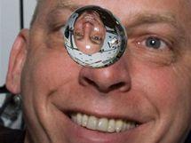 Astronaut Clayton Anderson s bublinou vody ve stavu beztíže na palubě Discovery
