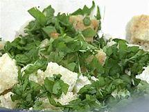K ochucenému toustovému chlebu přidejte bylinky a posekané bylinky.