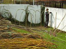 Nejprve je potřeba vždy ze dvou silných prutů vytvořit oblouky ohraničující budoucí kompost.