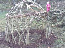 Iglů pro děti, postavené ze živých vrbových proutků.