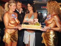 Agáta Hanychová dostala po přehlídce plavek narozeninový dort