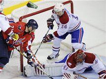 Brankář Montrealu Jaroslav Halák po jednom z útoků Washingtonu, zádá mu kryje Tomáš Plekanec.
