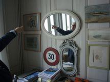 Stěny ložnice zdobí oblíbené obrázky člunů