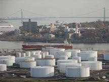 Pohled na nádrže na olej na pobřeží Bayonne před úžinou Kill Van Kull, v pozadí most Verazzano-Narrows Bridge