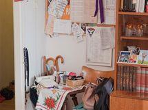 I když byla v pokoji spousta skříněk, úložné prostory nestačily