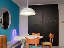 Černé posuvné dveře zakrývají buď průchod do chodby, nebo do kuchyně. Není tak poznat, že je každý jiný.