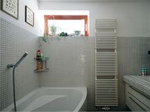 Koupelna v patře nepůsobí díky přirozenému světlu a světlému odstínu keramické mozaiky stísněně,