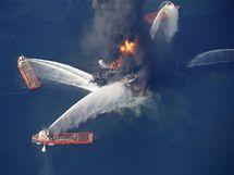 Hasiči se snaží uhasit požár ropné plošiny v Mexickém zálivu (21. dubna 2010)