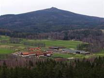 Jihozápadní vrchol Hvozdu a golfové hřiště v Heřmanicích