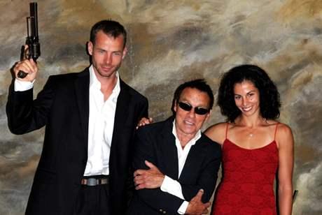 S MISTREM. Kate�ina Ba�urov� a Tom� Jank� p�i focen� kalend��e Dukly 2009. Fotograf Jan Saudek (uprost�ed) sl�bil, �e jim nafot� svatbu