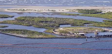 Norné stěny na americkém pobřeží, ke kterému se blíží ropná skvrna z potopené vrtné plošiny v Mexickém zálivu. (30. dubna 2010)