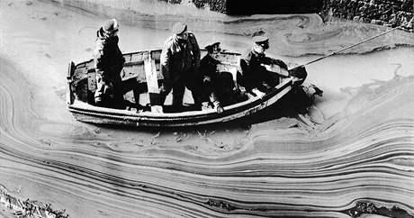 1967 - havárie supertankeru Torrey Canyon u britského pobřeží.