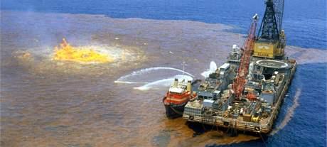 1978 - hašení hořící ropné skvrny v Mexickém zálivu.