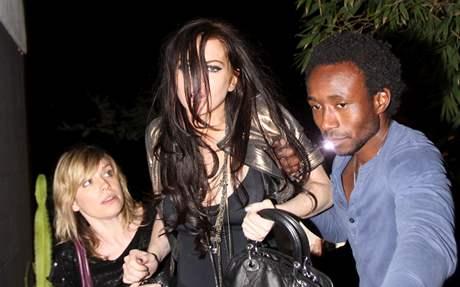 Lindsay Lohanová nemohla po divoké party sama dojít do auta