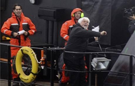 Kanadský ekologický aktivista Paul Watson (vpravo) hází po velrybářích lahev s kyselinou máslovou.