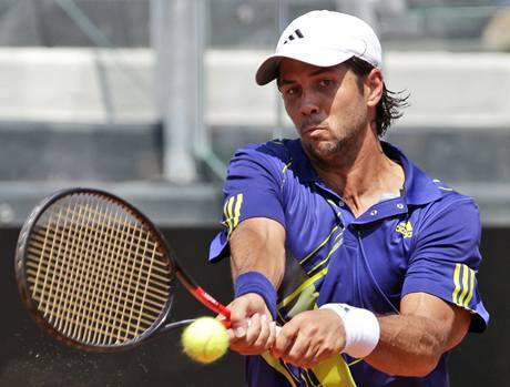 Fernando Verdasco odvrací úder Novaka Djokoviče na turnaji v Římě
