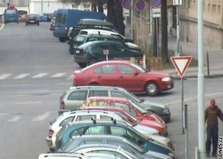 Dva mladíci brutálně napadli v Praze 6 řidiče a jeho spolujezdce. (21. 4. 2010)