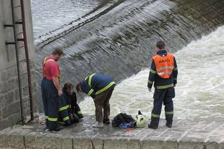 Dvojice nezvládla sjez Ohře na jezu Černý Mlýn na Sokolovsku. (10. 4. 2010)