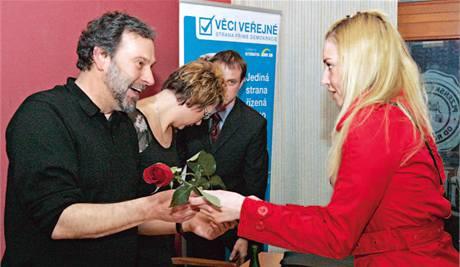 Redaktorka MF DNES Lucie Laštíková s Radkem Johnem (Věci veřejné).